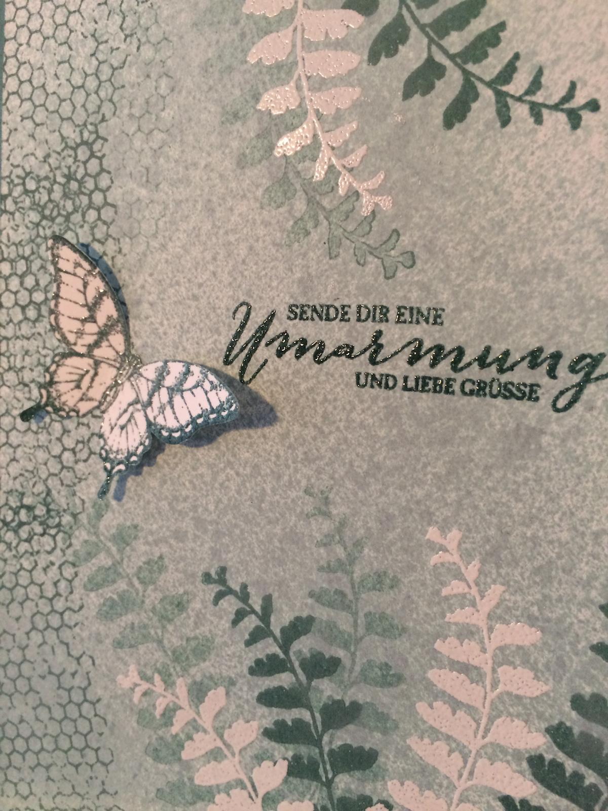 Nahaufnahme Karte Schmetterlingsgruß in Lagunenblau.