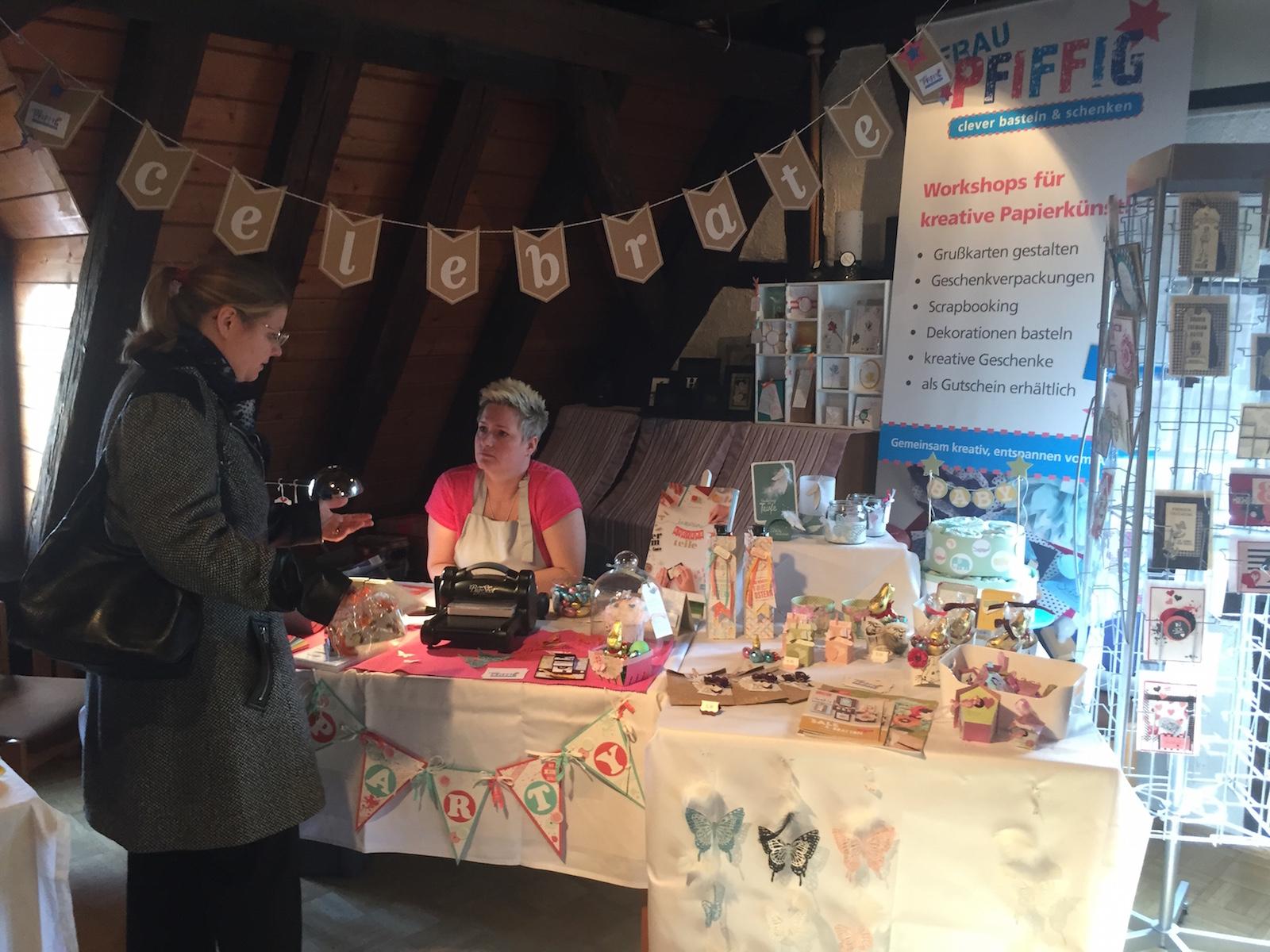 Frau Pfiffig mit Kundin auf dem Hobby und Künstlermarkt in Kelkheim Münster 2015