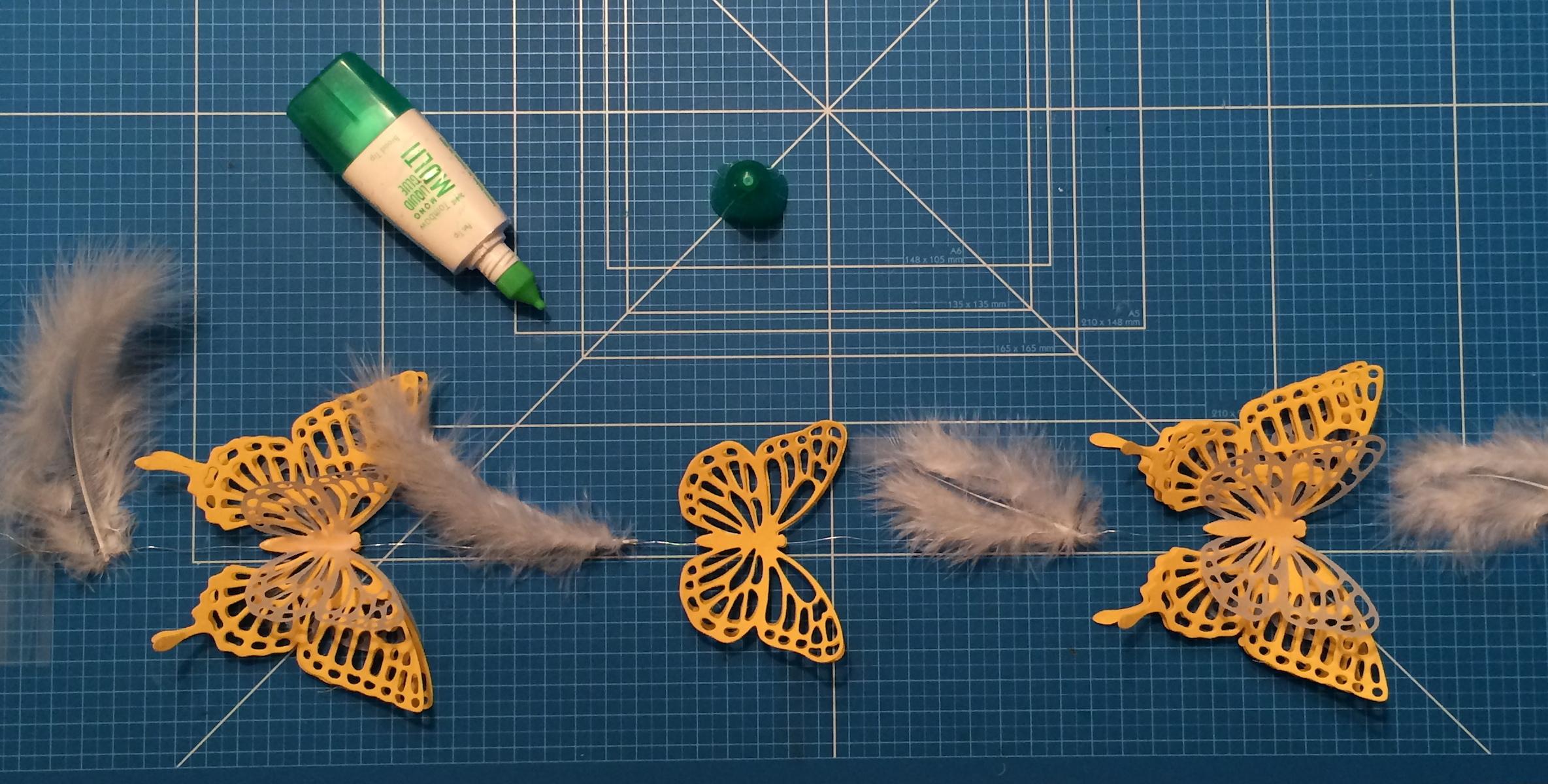 Fertige Girlande auf dem Arbeitstisch Stampin´UP!,Schmetterlings-Girlande, Butterfly Garland, Butterfly Thinlits, Thinlits Schmetterlinge