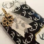 Formen am Christbaum Embellishment Weihnachtsstern Gold/Schwarz mit Leckereien Tüte.