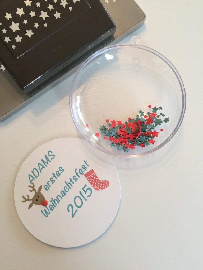 Weihnachtskugel Babies erstes Weihnachten Seite eins personalisiert mit Sternchen.