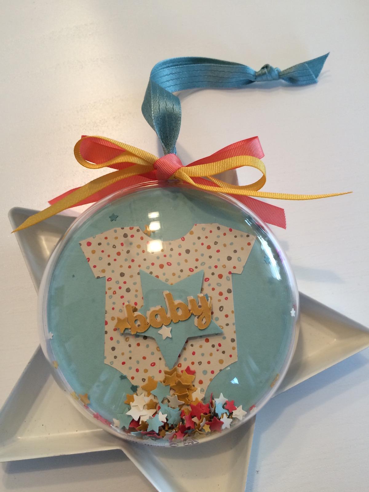 Weihnachtskugel Babies erstes Weihnachten Seite zwei mit Sternchen und Bändchen