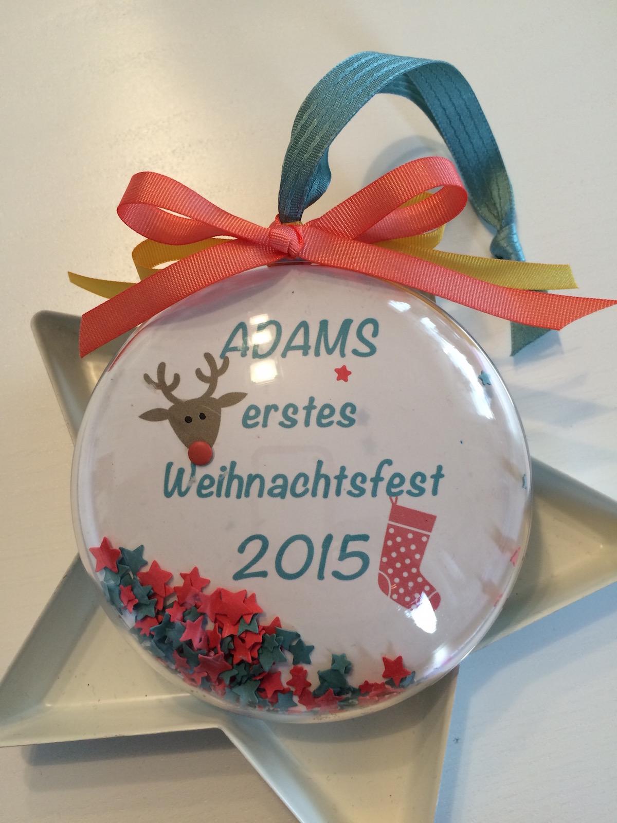 Weihnachtskugel Babies erstes Weihnachten Seite eins personalisiert mit Bändchen.