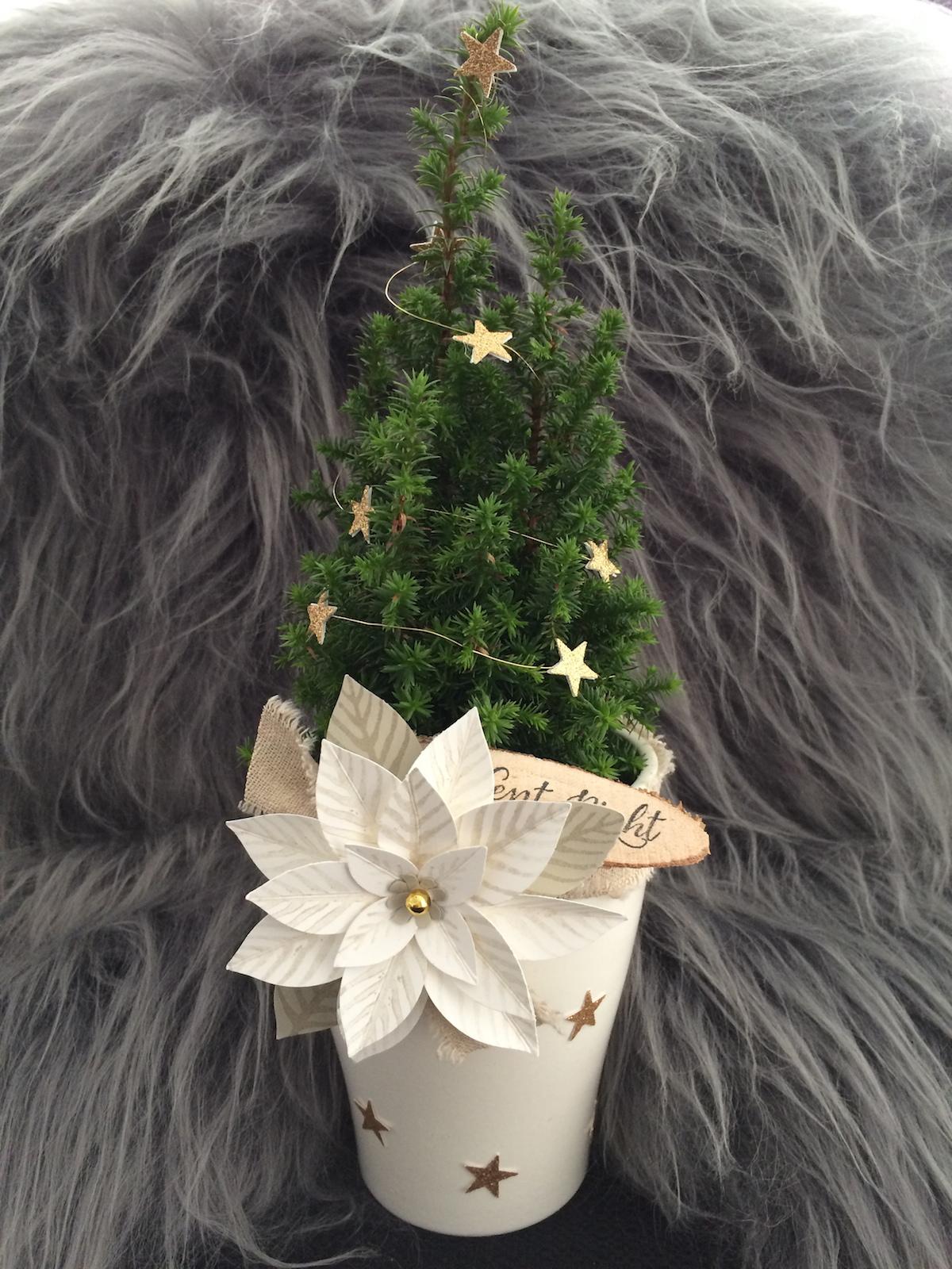 Kleiner Weihnachtsbaum mit festlicher Blüte und Holz-Embellishment