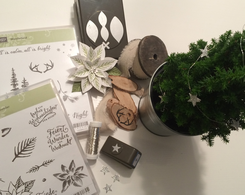 Kleiner Weihnachtsbaum mit festlicher Blüte und Holz-Embellishment Material
