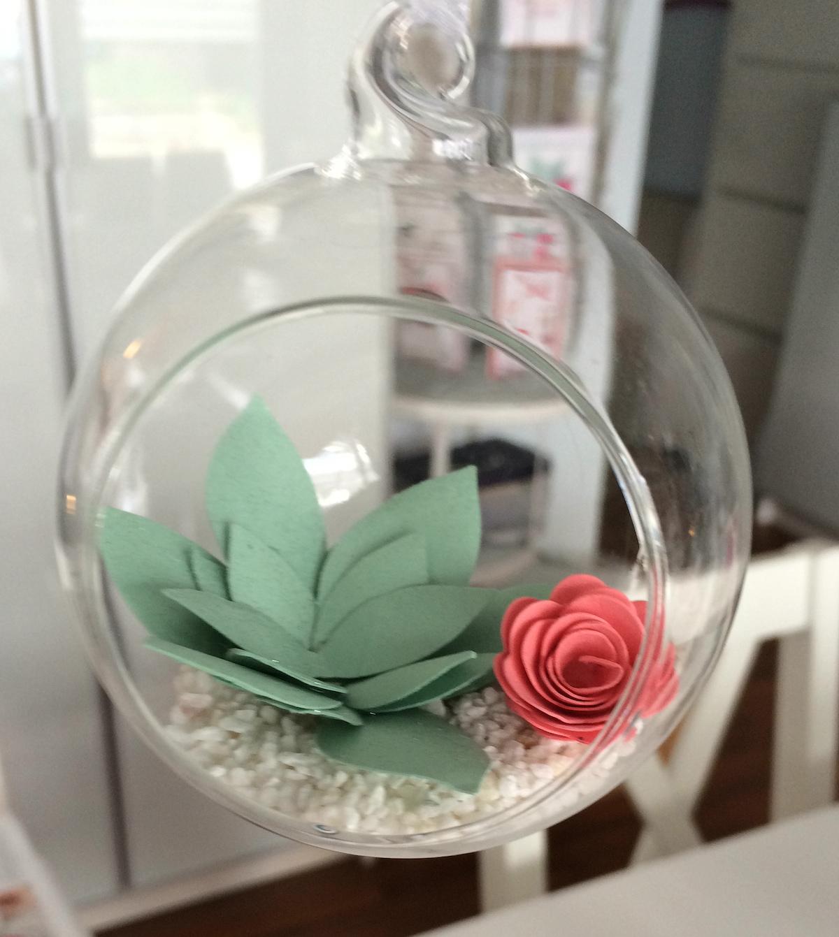 Galskugel mit Sukkulente und Blume aus Papier, Frau Pfiffig